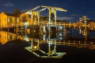 Rembrandtbrug met reflectie in het water van de rijn in Leiden van Marcel van den Bos