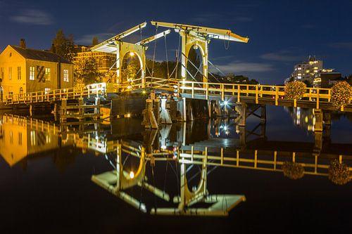 Rembrandtbrug met reflectie in het water van de rijn in Leiden van