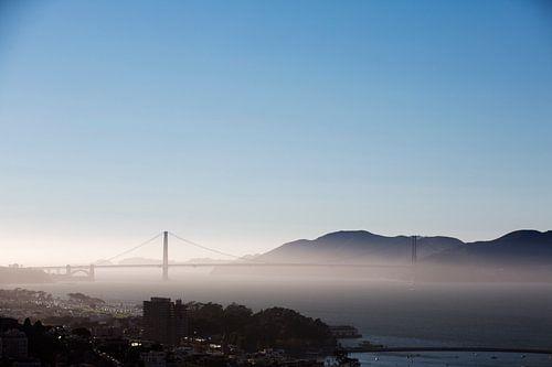 Golden Gate Bridge in de mist van Bas de Meijer