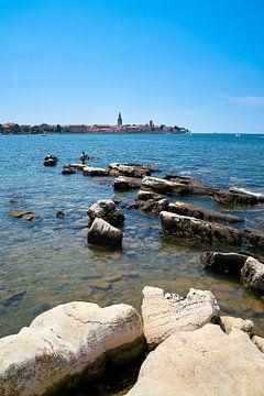 Kust van de Adriatische Zee met de oude stad van de historische stad Porec in Kroatië