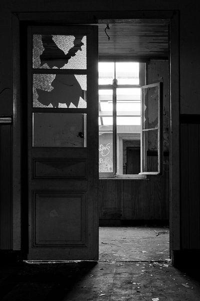 Gebrochene Fenster in einem verlassenen Haus von Jacqueline Groot