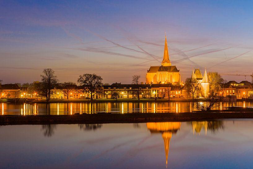Stadsfront van Kampen in de avond van Paul Kaandorp