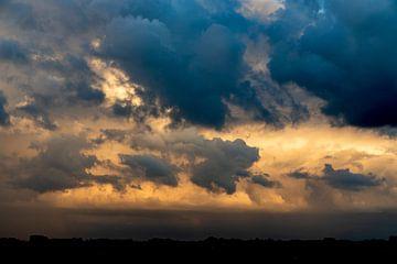 de wolkenlucht boven het landschap kleurt het geheel prachtig van Studio de Waay