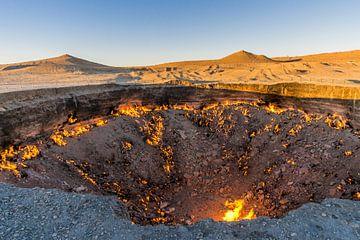 De Poort naar de Hel, de brandende gaskrater. van Joost Potma