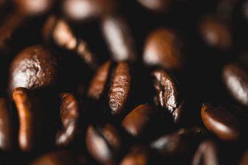 stapel koffiebonen van Nathan Okkerse