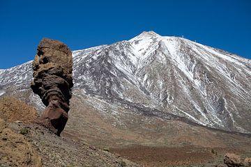 Finger Gottes vor dem schneebedeckten Teide von Angelika Stern