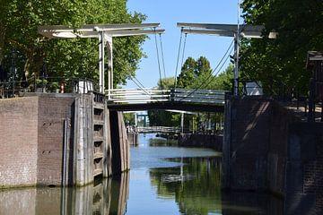 oude houten ophaalbrug in de sluis van Vreeswijk bij Nieuwegein met mooie refelcties in het water van Robin Verhoef