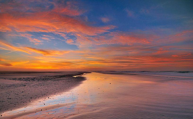 Brandend zand van John Leeninga