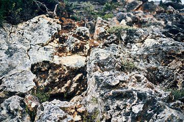 Rotswand op Kefalonia, Griekenland van Jason King