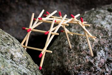 leonardo da vincis selbsttragende Brücke, gebaut aus Streichhölzern zwischen großen Felsen, ausgewäh von Maren Winter