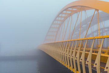 Gelbe Brücke im Nebel in Utrecht von zeilstrafotografie.nl