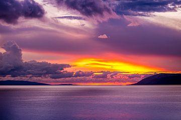 Kleurrijke ondergaande zon. van Berry Cardol