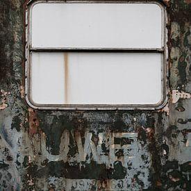 Verweerde oude deur met dicht raam. van Elly Damen