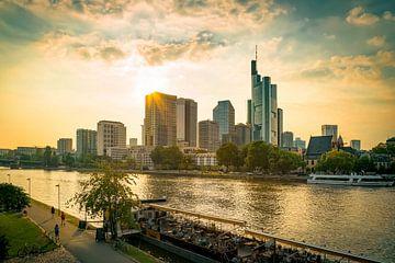 Frankfurt - Abends am Main von Sabine Wagner