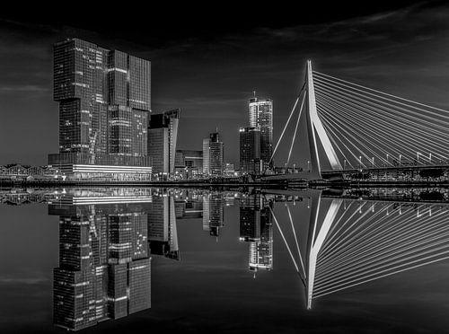 De Erasmusbrug en De Rotterdam weerspiegelen in het water van de Nieuwe Maas in Rotterdam in de nach