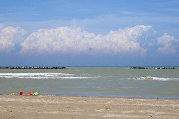 Wolkenpartij boven de Adriatische kust in Italië. van Maren Oude Essink