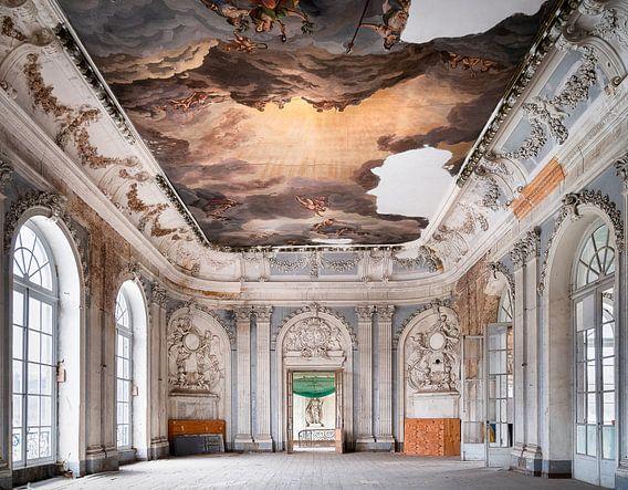 Verlassener Ballsaal mit Malerei.