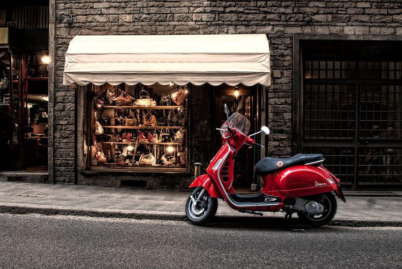 Un scooter rouge dans une rue italienne sur Tammo Strijker