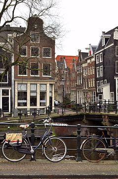 Fiets in Amsterdam von Corinne Welp