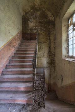 Vervallen trap in verlaten gebouw  von Beyond Time Photography