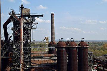voormalig hoogovencomplex Lapadu in Duisburg met daarop roestige opslag silo's. van Robin Verhoef