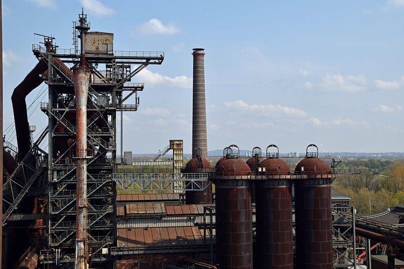 Ehemaliger Hochofenkomplex Lapadu in Duisburg mit verrosteten Lagersilos darüber. von Robin Verhoef