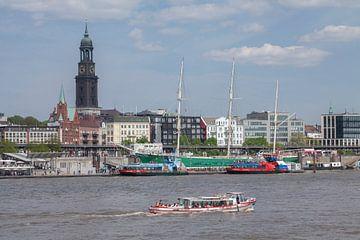 Elbe met havenrondvaartschip en windjammer Rickmer Rickmers en Michel, Hamburg, Duitsland van Torsten Krüger