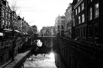 Tegenlicht in Utrecht: De Gaardbrug en de Oudegracht in zwartwit op een koude herfstdag van De Utrechtse Grachten