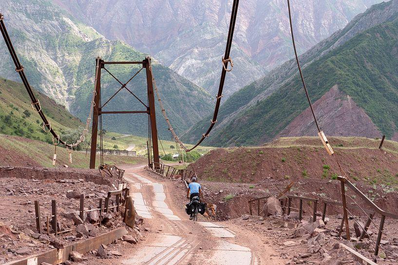 Fietser op de Pamir Highway van Jeroen Kleiberg