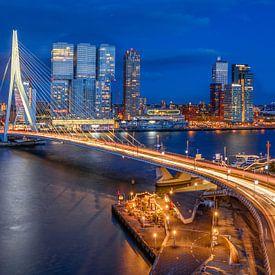 Uitzicht op de Erasmusbrug in Rotterdam tijdens de avond van Ellen van den Doel
