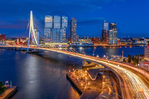 Uitzicht op de Erasmusbrug in Rotterdam tijdens de avond