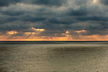 Donkere luchten boven de zee von Gertjan koster