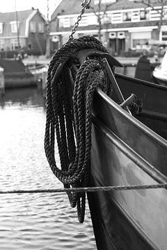 Botter mit Seil im Hafen von Bunschoten-Spakenburg (schwarz-weiß) von Jerome van den Berg