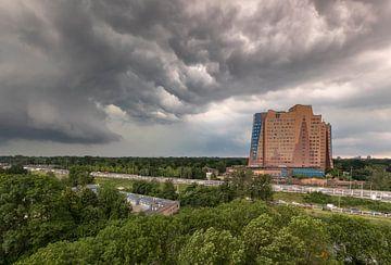 Naderende storm boven Groningen (Gasunie gebouw) van Marcel Kerdijk
