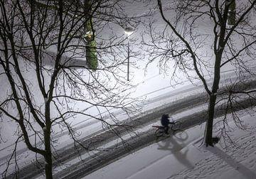 Fietser in de sneeuw van bovenaf van Marcel Kerdijk