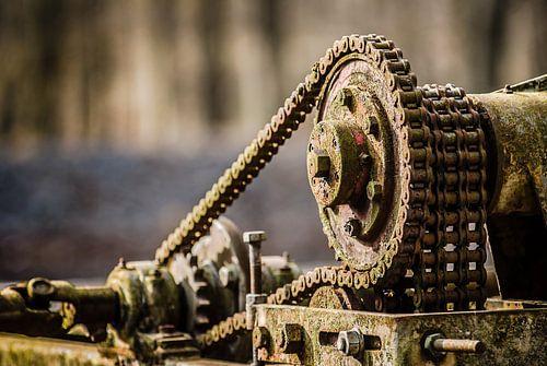 Oude machine met verroeste ketting