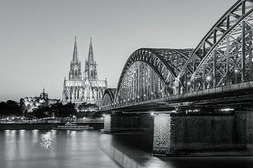 Cologne le soir en noir et blanc sur Michael Valjak