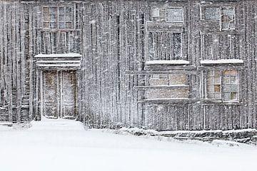 Oud huis in een sneeuwstorm von Antwan Janssen