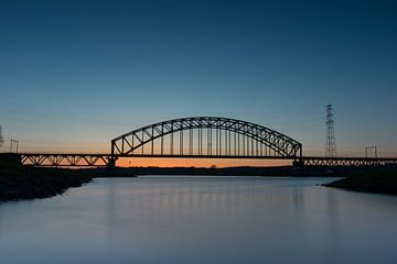 Spoorbrug tijdens zonsondergang