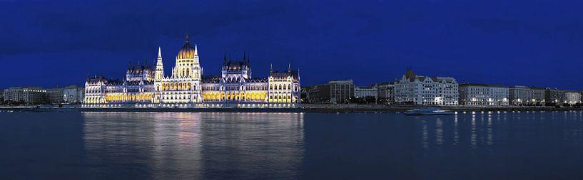 Le bâtiment du Parlement à Budapest - Panorama à l'heure bleue sur Frank Herrmann