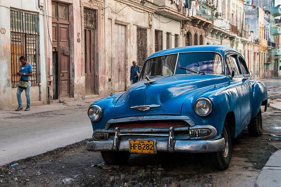 Blauwe klassieker in Centro Havana van Theo Molenaar