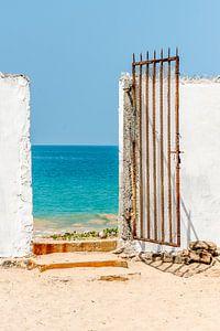 Oude metalen poort naar het strand bij de oceaan in Sri Lanka van