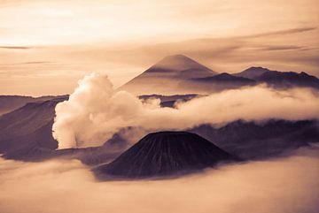 Landschap zonsopgang met mist bij de berg Bromo op Java in sepiatinten van Dieter Walther