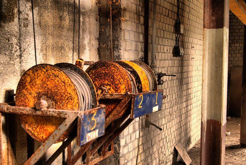Kabelrollen aan muur van David Klumperman
