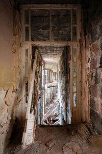Verlassener Korridor im Verfall.