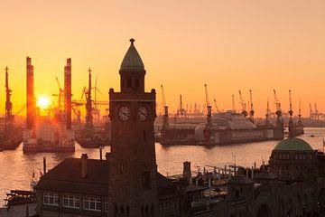 St.Pauli landingsplaatsen bij zonsondergang, Hamburg, van Markus Lange