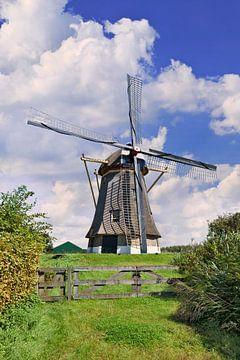 moulin à vent hollandais traditionnel dans une prairie, ciel bleu et les nuages 2 sur Tony Vingerhoets