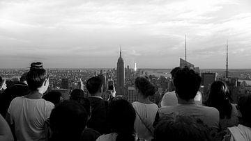 Looking at the Empire State Building van Sofie Verbruggen
