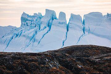 Hinter den Felsen ragen spitze Eisschollen auf von Martijn Smeets