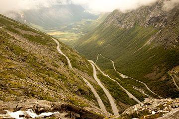 Landschaftsaufnahme der Trollstigen-Route in Norwegen von Karijn Seldam